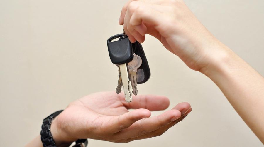 Autíčkář se ptá: Autíčkář se ptá: Půjčovat nebo nepůjčovat auto?