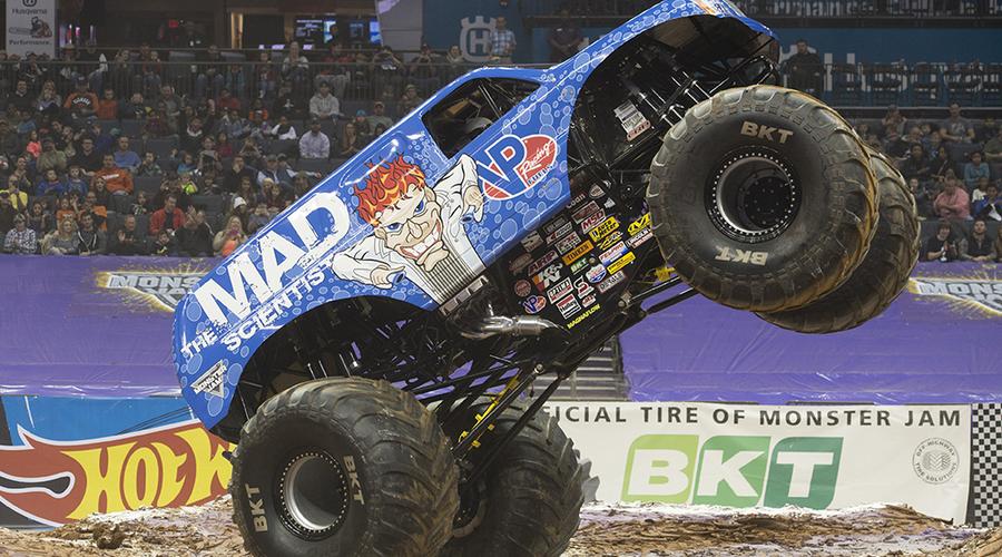 """Novinky: """"Šílený vědec"""" předvedl historicky první frontflip monster trucku"""