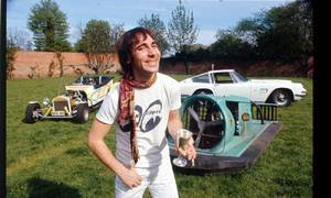 Slavní za volantem: Lincoln v bazénu a vyválené Ferrari? Rockový přístup k autům dle Keitha Moona.