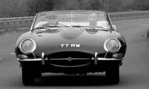 Historie: Jaguar XK-E: Z Coventry až do Ženevy, ale fofrem!