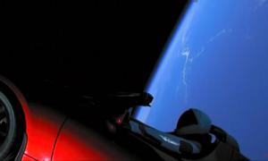 Představujeme: Nejrychlejší automobil světa je na cestě k oběžné dráze Marsu v oblaku popkultury