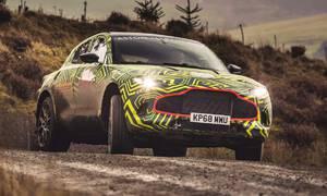 Novinky: Maskovaný Aston Martin DBX se v novém videu prohání po šotolině