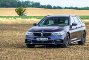 BMW 540i xDrive: Polštářky, dříví a rychlost.