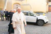 Papež jezdí Dacií v základní bílé. Nechal si ale upravit interiér.