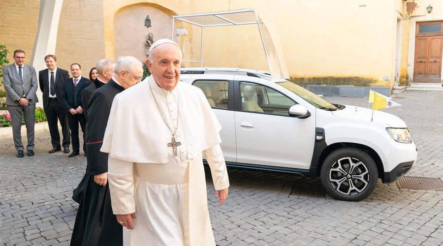 Novinky: Papež jezdí Dacií v základní bílé. Nechal si ale upravit interiér.