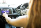 Apple Car Play je za volantem dvaapůlkrát nebezpečnější, než marihuana, dokazuje studie.