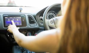 Novinky: Apple Car Play je za volantem dvaapůlkrát nebezpečnější, než marihuana, dokazuje studie.