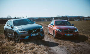 Video: Drag race | Volvo XC60 T8 vs. BMW M240i: Zapomeňte na čísla!