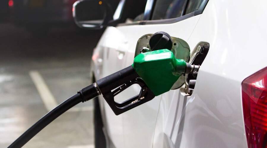 Novinky: Benzín a nafta zlevňují. Někde pozvolna, jinde velmi znatelně.