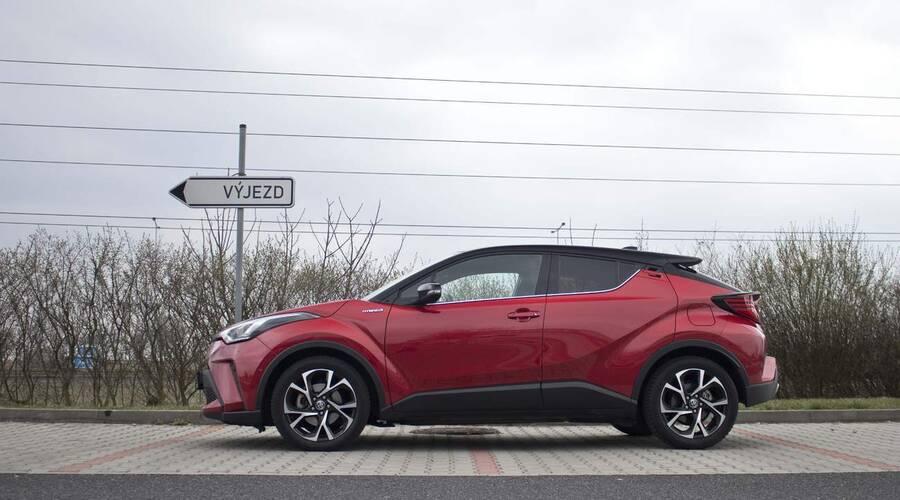 Recenze & testy: Toyota C-HR 2.0 Hybrid: Konec přetvářky, tohle už je skoro batmobil