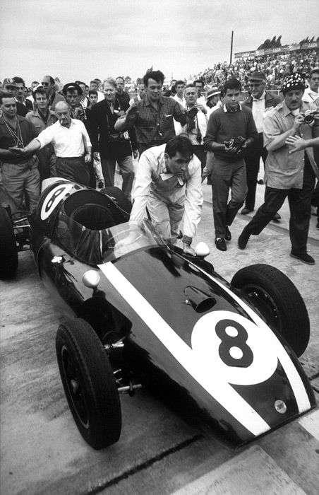 Jack tlačí svůj Cooper T51 do cíle závodu, Sebring, 1959