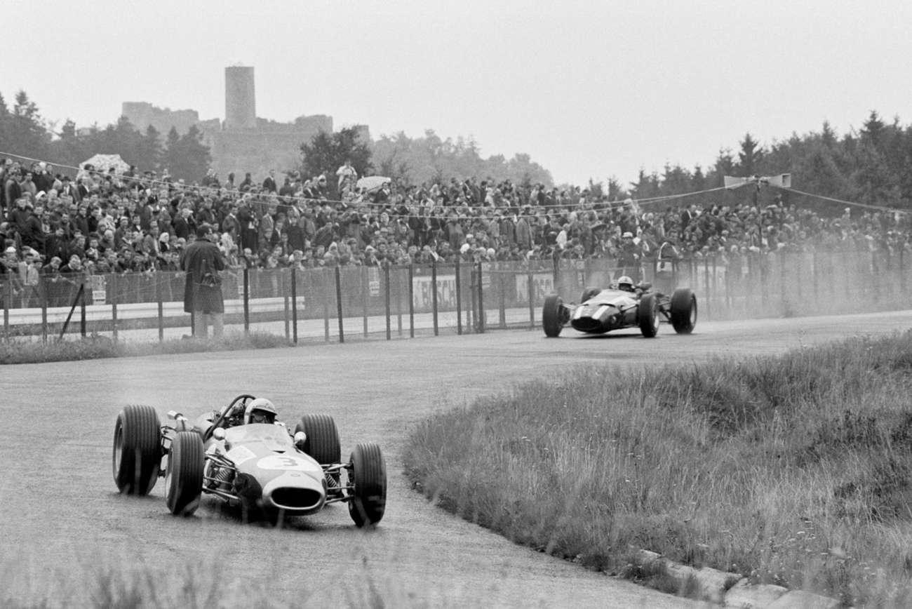 Brabham před Johnem Surteesem míří za vítězstvím, Nürbrugring, 1966