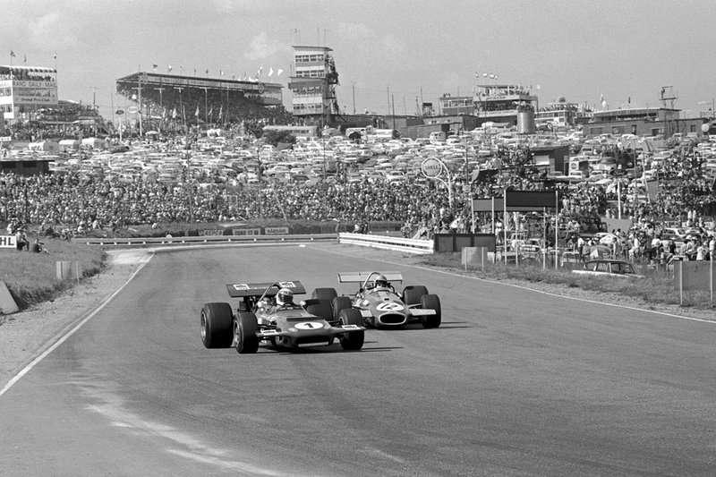 Brabham v závěsu za Stewartem si jede pro poslední vítězství kariéry, Kyalami, 1970