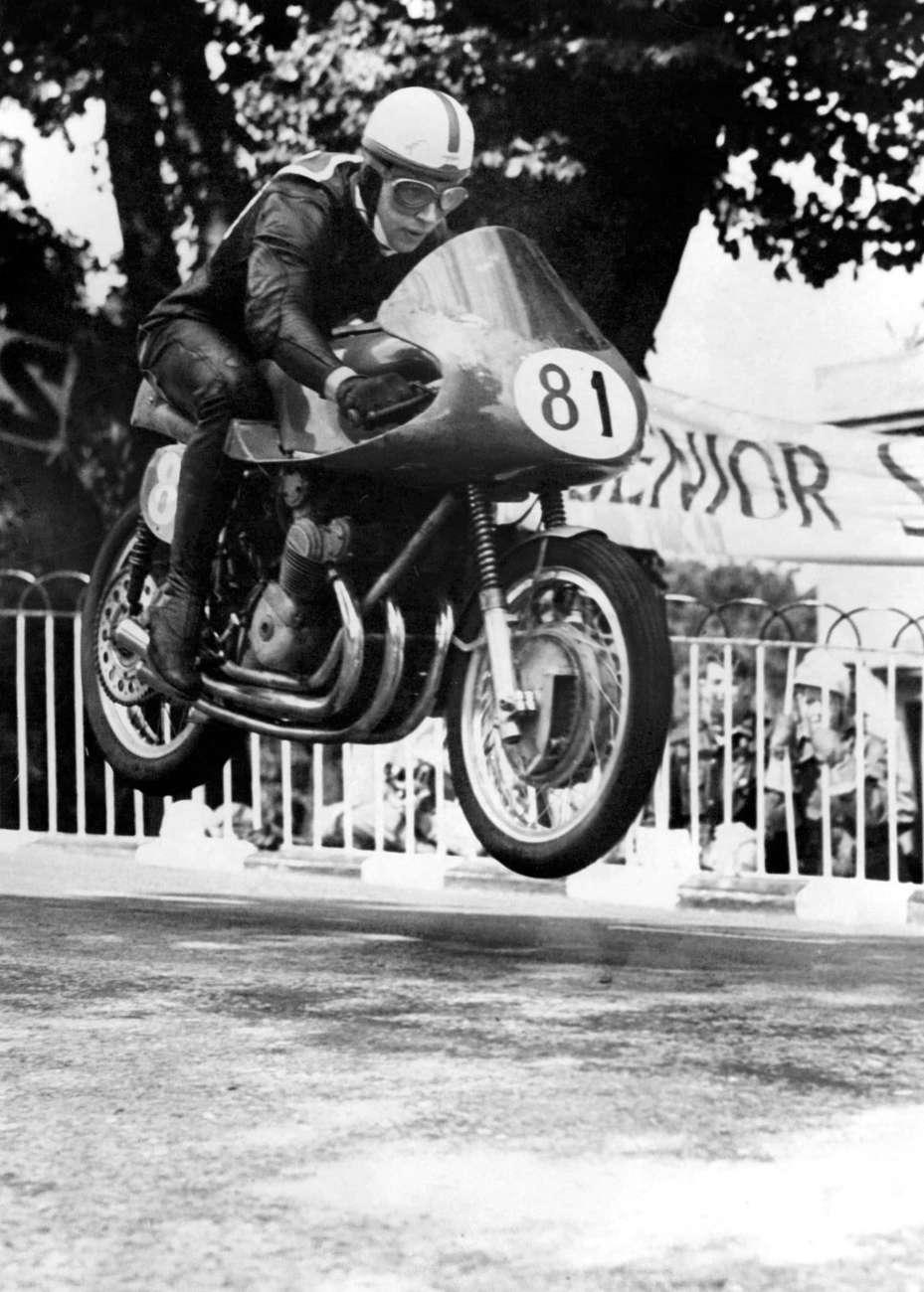 Surtees se toho za řídítky rozhodně nebál – MV Agusta 500 – Tourist Trophy, Man 1956