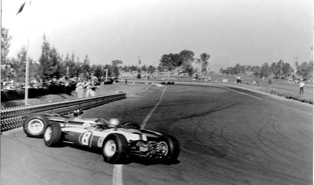 Lorenzo Bandini naráží do Grahama Hilla, GP Mexiko 1964