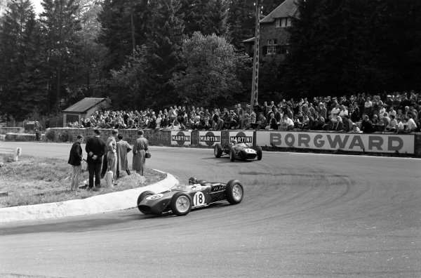 Jim Clark během GP Belgie 1960, následovaný nešťastným týmovým kolegou Staceyem.