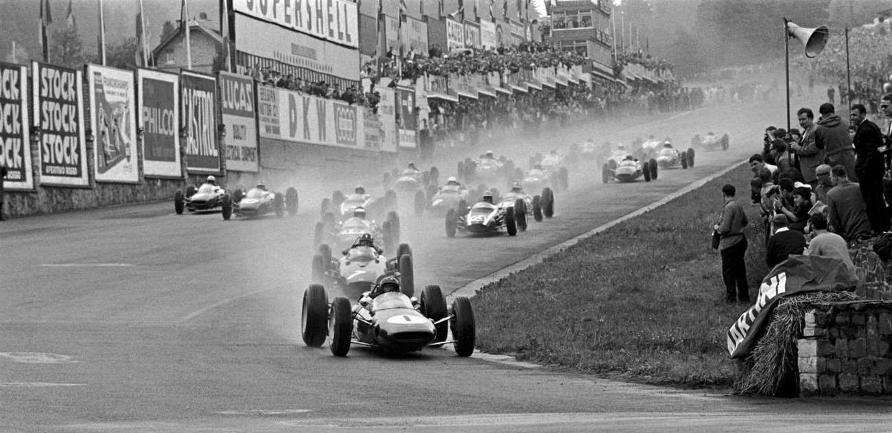 V deštivé GP Belgie 1963 předvádí Jim Clark famózní start, zde už v čele.