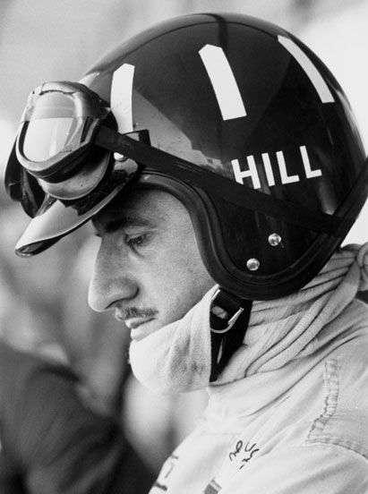 Typický design Hillovy helmy.