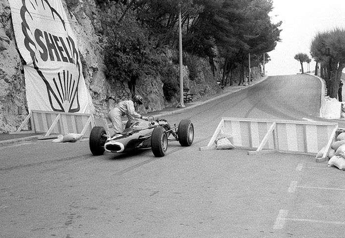 Graham tlačí své BRM P261 zpět na závodní trať, Monako, 1965.