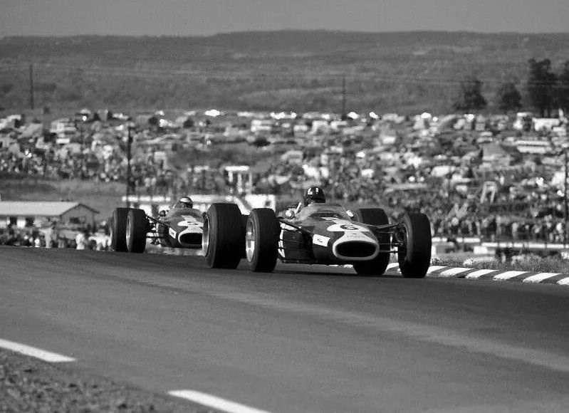 Graham Hill následovaný Clarkem, Watkins Glen, 1967.