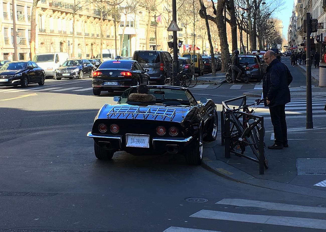Corvette C3, hezky bez střechy, parkující jako prasátko. Ale kdo by se zlobil...