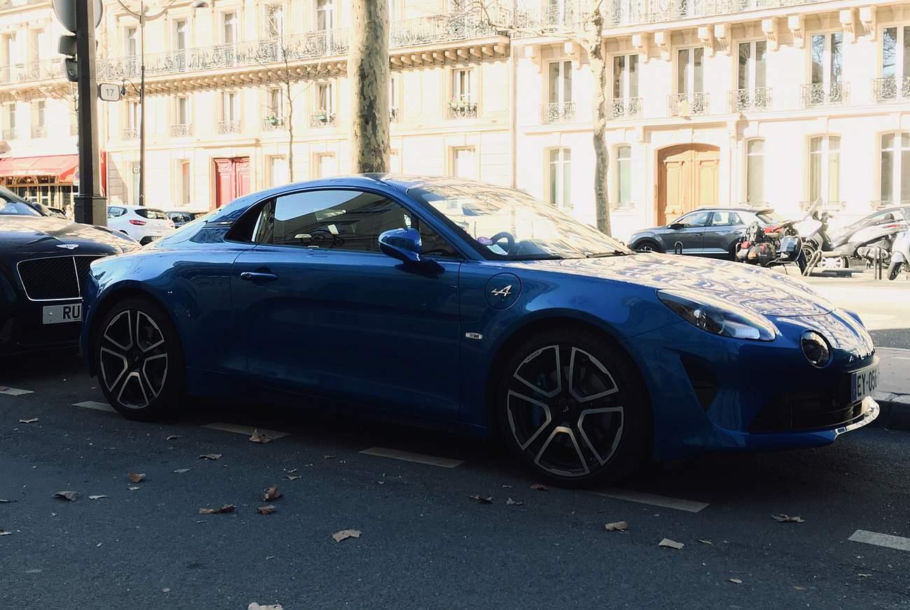 Alpine A110. Krásné proporce, kompaktní karoserie a vůbec neskutečně pěkný automobil.