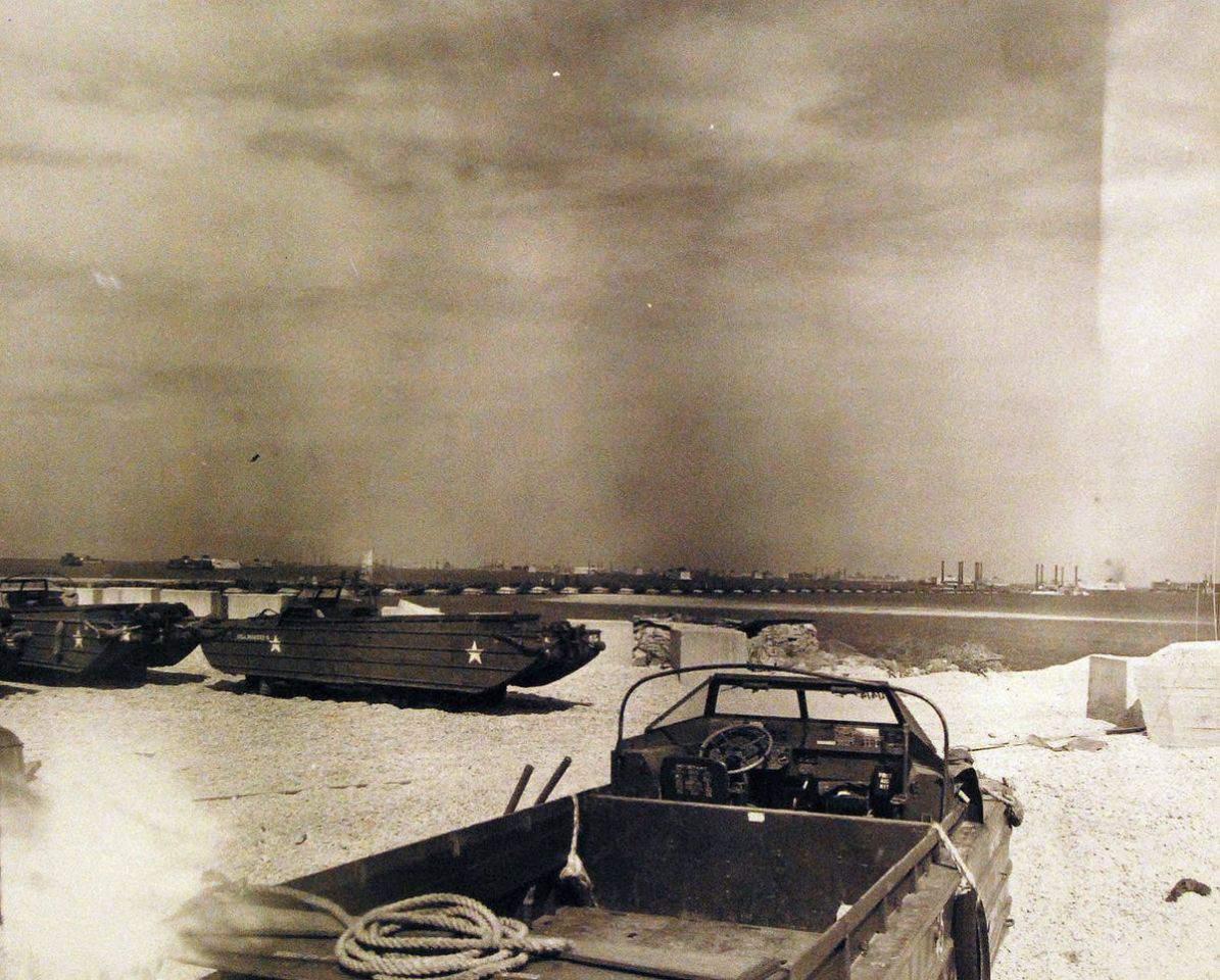 Vozidla DUKW v Normandii, 1944. Foto: Wikipedia Commons