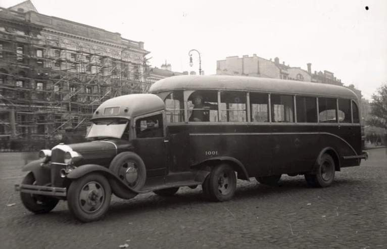 Autobusový návěs tažený tahačem GAZ AA, 1936, Leningrad, Sovětský svaz. zdroj: Yandex.ru