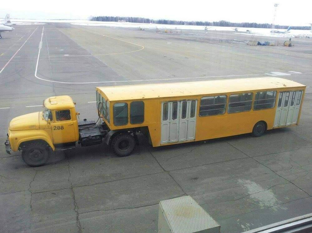 Letištní autobus APPA-4 v Oděse,kolem roku 1980, taženo klasickým ZILem 130. Foto: wikipedia