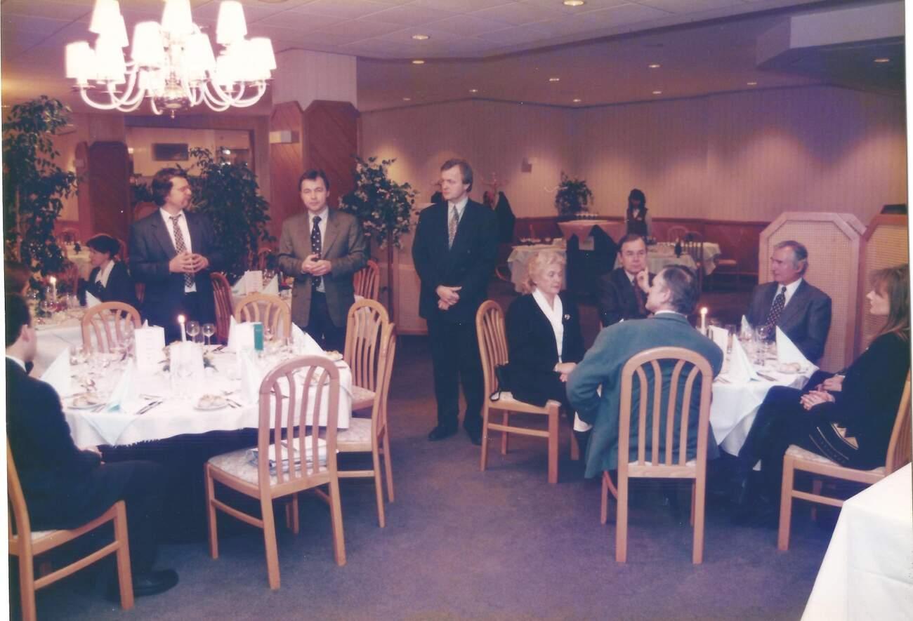 """Hotel Diplomat 1997: """"Moje úplně první novinářská akce s českým Fordem. Uprostřed stojí tehdejší generální ředitel Fritz Schmutzhart, u stolu vpravo se vzorovanou kravatou legendární Milan Jozíf."""""""